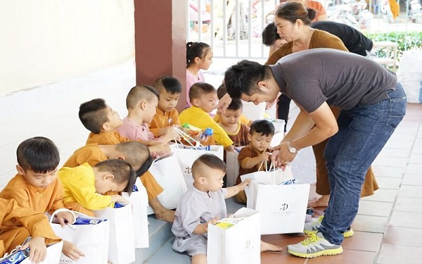 Diva Group trao tặng quà cho trẻ em mồ côi chùa Pháp Tánh 1